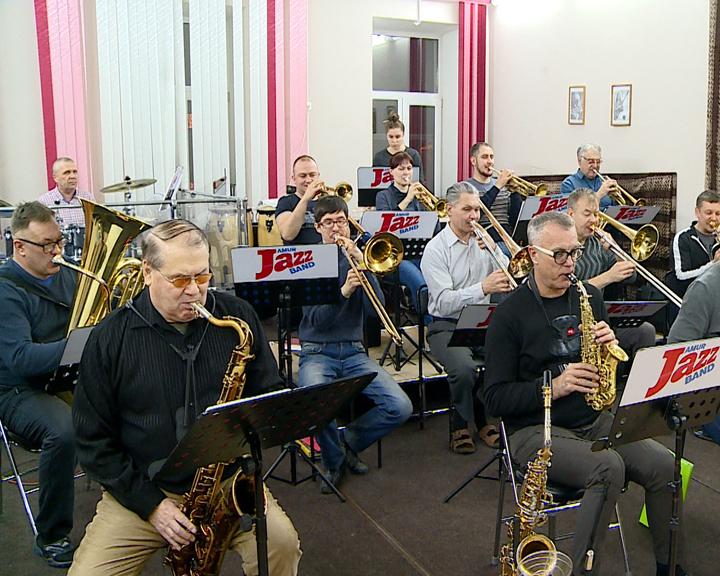 7 инструментов уровня симфонического оркестра получил эстрадно-джазовый коллектив «АмурДжазБэнд»