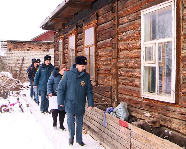 Предотвратить пожары в частном секторе: Сотрудники МЧС провели рейд по домам с печным отоплением
