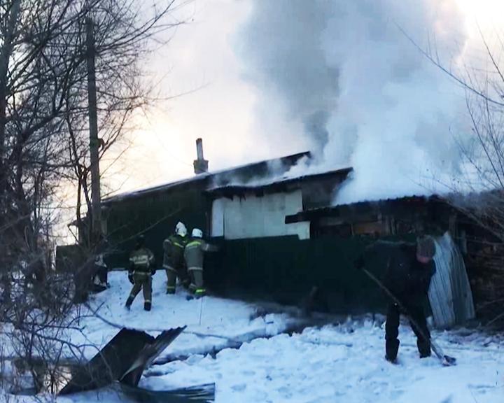 Пожар из-за халатности: Амурские огнеборцы ликвидировали крупное возгорание в Чигирях