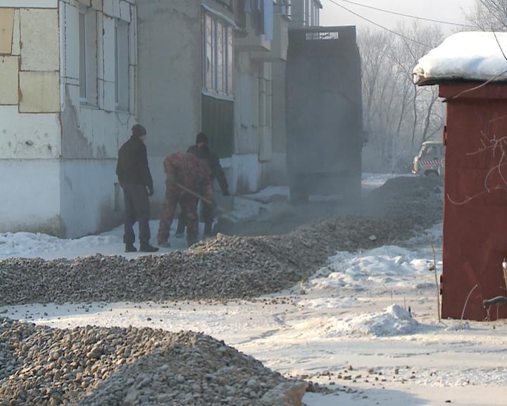 Подземный ручей подбирается к многоквартирному дому в посёлке Бурея