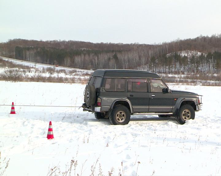 Учения МЧС: Спасатели помогли водителю внедорожника выбраться из снежного плена
