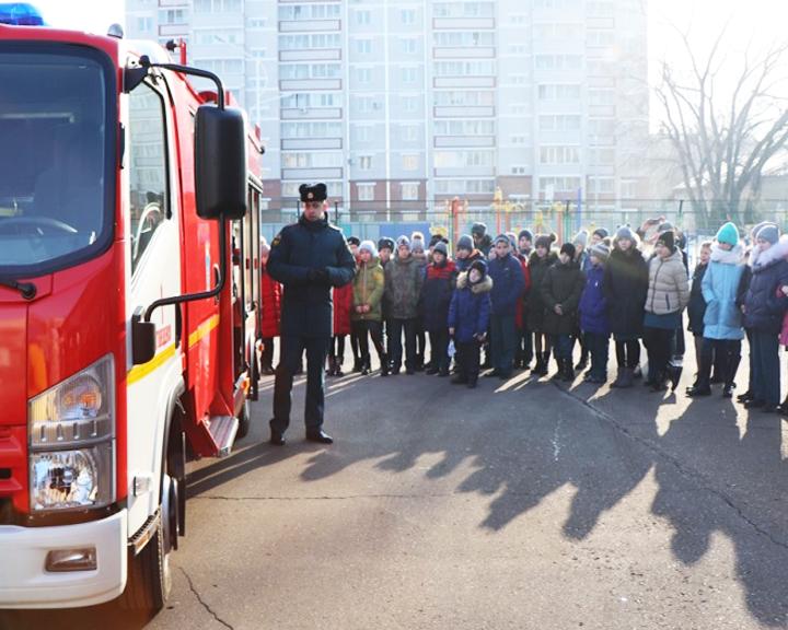Благовещенские лицеисты узнали, как устроена пожарная машина и какой инвентарь необходим в борьбе с огнём