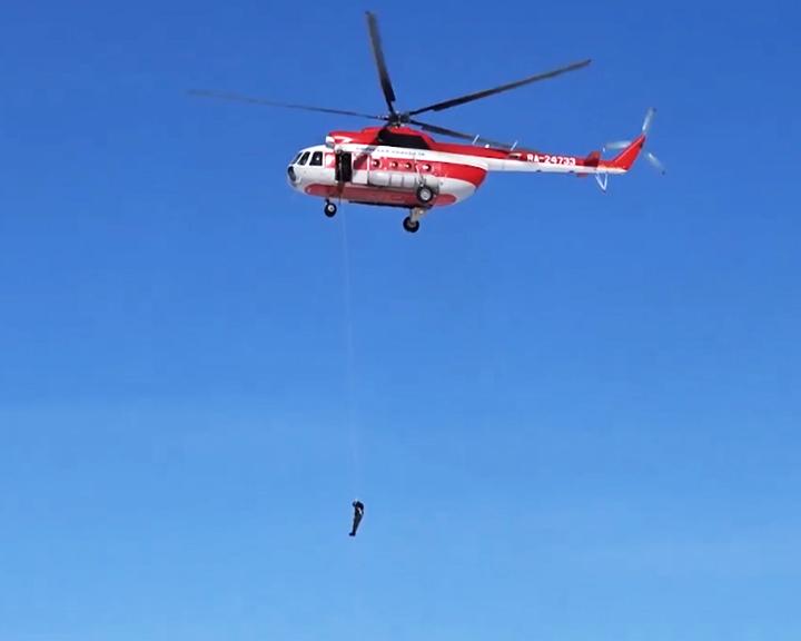 Амурские десантники-пожарные отработали спуски с вертолёта