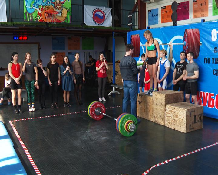 35 мужчин и женщин сразились за кубок Благовещенска по тяжелой атлетике