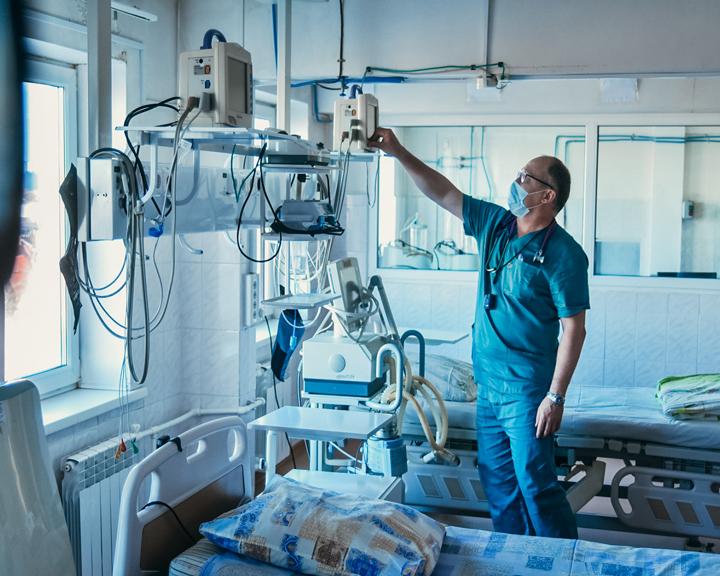 Глава региона проверил, как разворачивают инфекционный госпиталь в Благовещенске