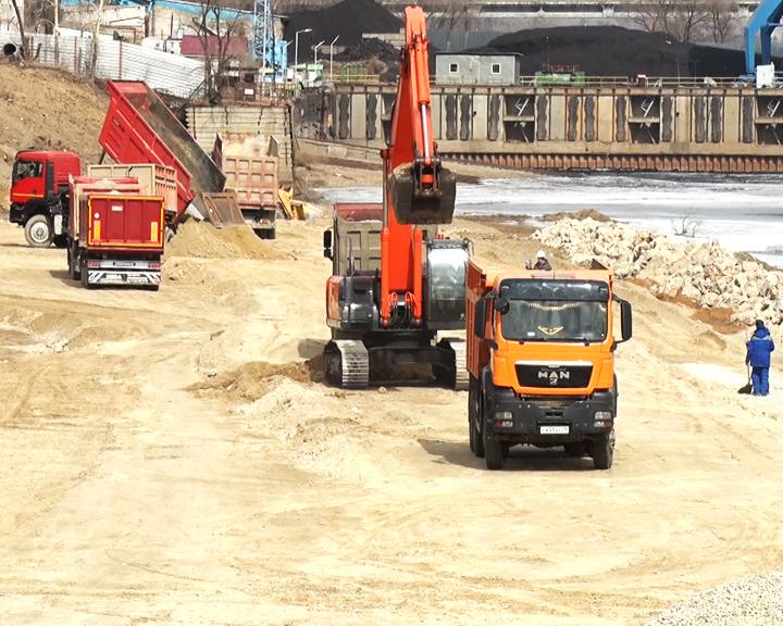 В Благовещенске завершили подготовительные работы по берегоукреплению реки Зеи