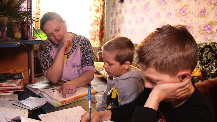 Слабый интернет и кнопочные телефоны: Трудности онлайн-обучения сельских школьников