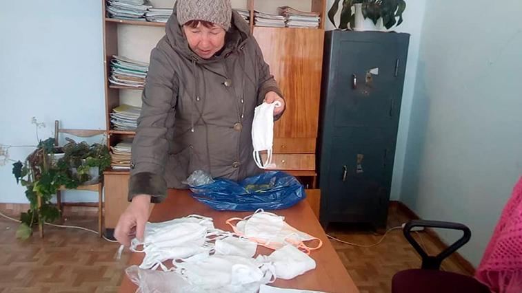 В Белогорском районе ветераны снабжают масками односельчан
