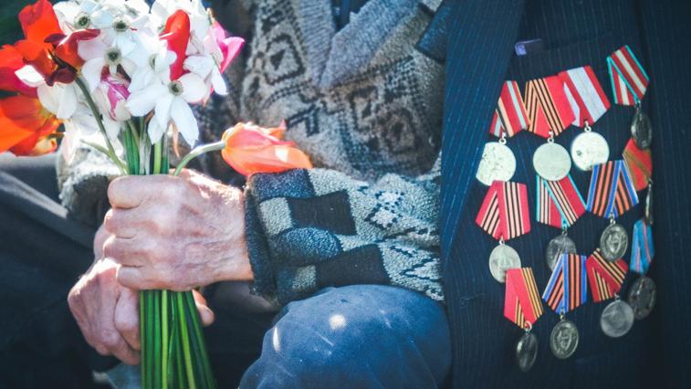 Амурчане начали получать выплаты к 75-летию Победы