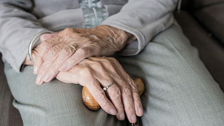 Для работающих пенсионеров продлили больничные. Самоизоляцию оплачивает ФСС