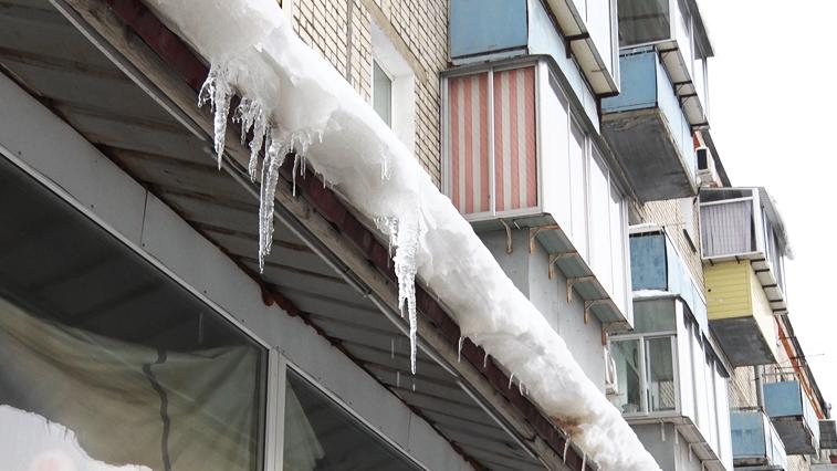 Циклон ушел, последствия остались: Амурчанам с крыш зданий угрожают сосульки и снежные лавины