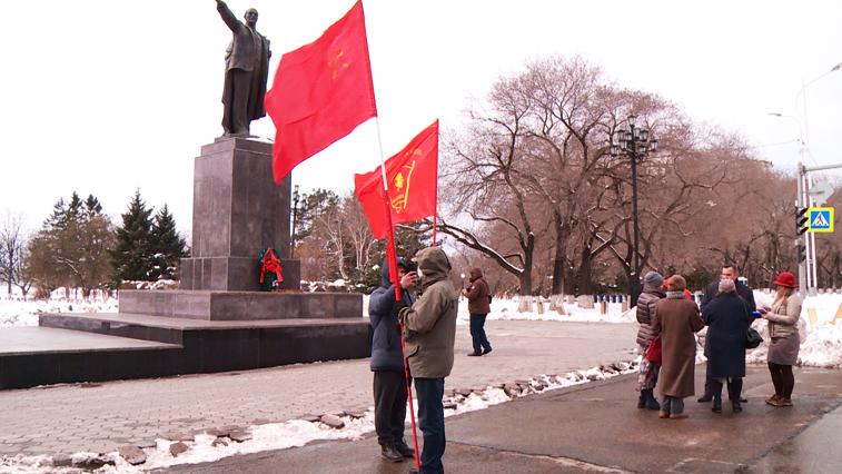 Амурские коммунисты возложили цветы к памятнику Владимира Ильича Ленина