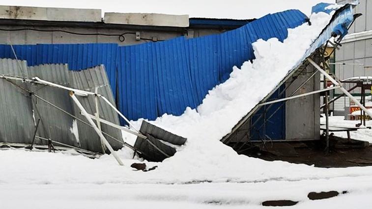 Под тяжестью снега: Из-за апрельских осадков в Благовещенске разрушились крыши