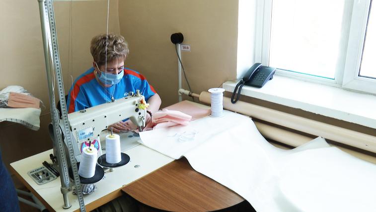 500 комплектов за 2 недели: В Приамурье отшивают защитные костюмы для амурских медиков