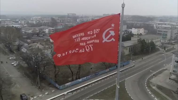 В Белогорске на 35-метровую высоту подняли Знамя Победы