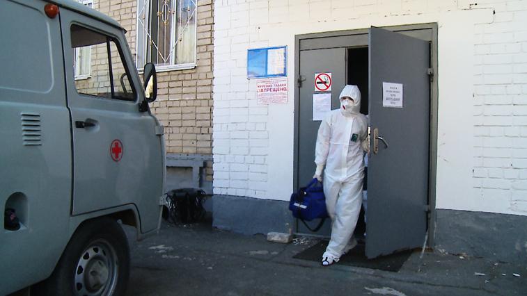 Амурским медикам закупили защитные костюмы на 50 млн рублей