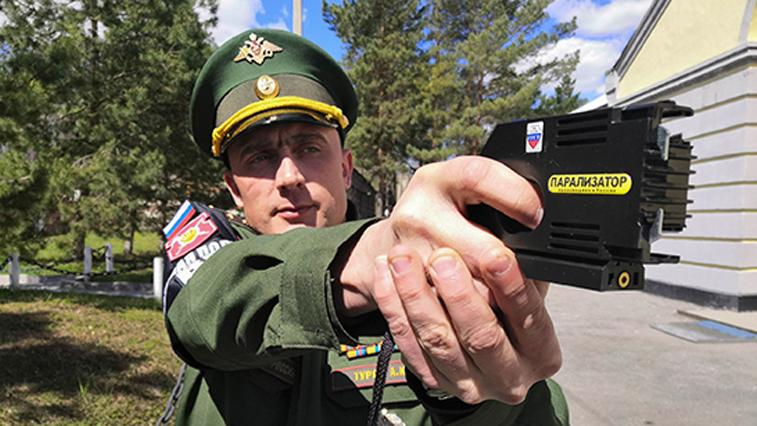 Удар парализатора: военные Амурской области получили новейшее несмертельное оружие