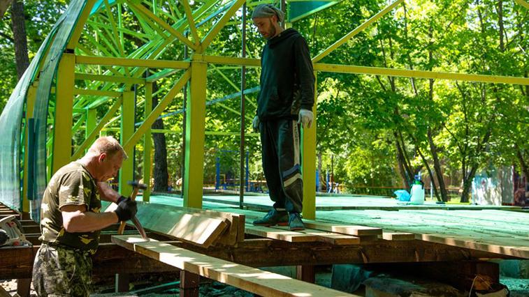 Обновленная сцена и комната матери и ребенка. Первомайский парк готовится к открытию сезона