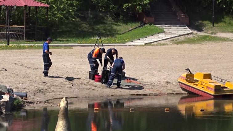 Водолазы областного поисково-спасательного отряда очищают дно амурских водоемов