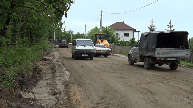 Принявшую на себя потоки из микрорайона улицу Нагорную в Благовещенске грейдируют после осадков