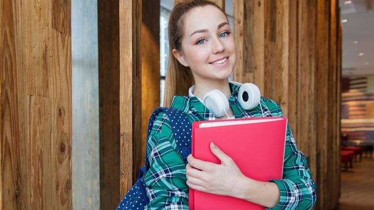 Школьники и студенты, получающие выплаты по уходу за престарелыми, обязаны сообщить о летнем трудоустройстве