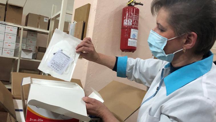 Защитные костюмы и маски для медиков в Амурскую область поступили из КНР