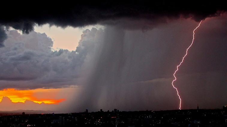 Сильный ветер, ливень и гроза ожидаются в Амурской области в ближайшие часы