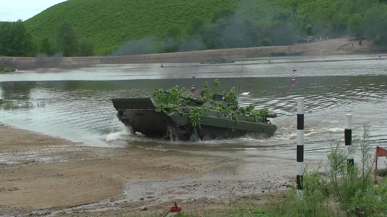 Мотострелки Восточного военного округа с боем форсировали крупный водоем в рамках учений
