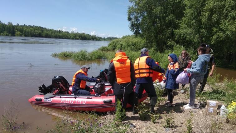 Через размытые участки дороги от Ивановки до трассы Зея-Тыгда организована лодочная переправа