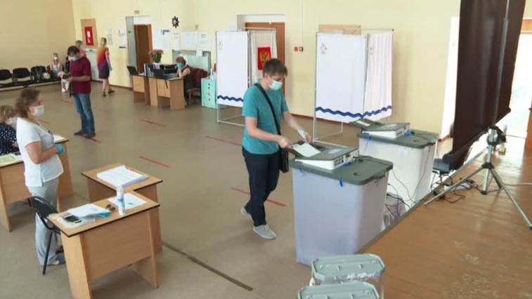 На участках для голосования амурчанам измеряют температуру и выдают маски с перчатками