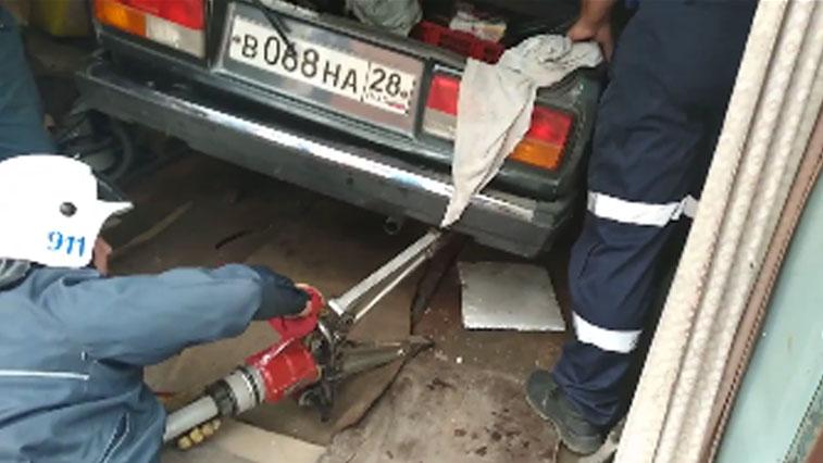 Берегись автомобиля: спасатели помогли пенсионеру выбраться из-под «Жигулей»