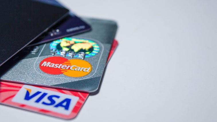 Амурчане стали чаще оплачивать товары и услуги банковскими картами