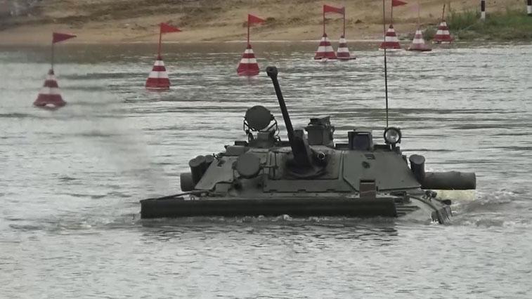 Испытание водой: Армейцы ВВО прошли вождение боевой техники на плаву