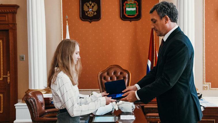 За спасение утопающего 20-летнюю амурчанку наградили знаком «Горячее сердце»