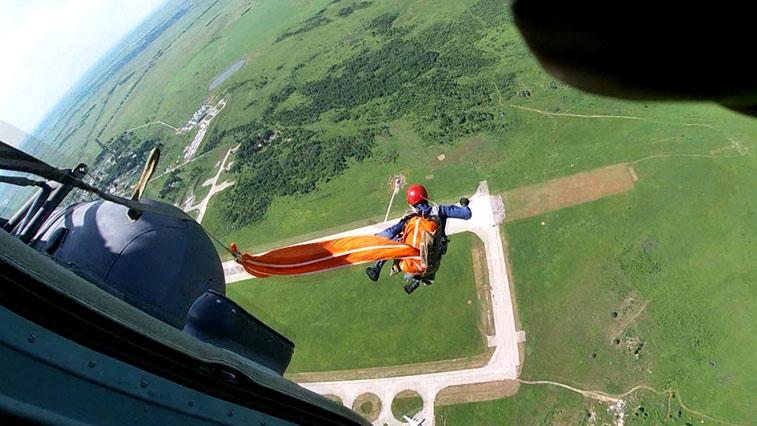 Амурские летчики дальней авиации выполнили прыжки с высоты до 3 тысяч метров