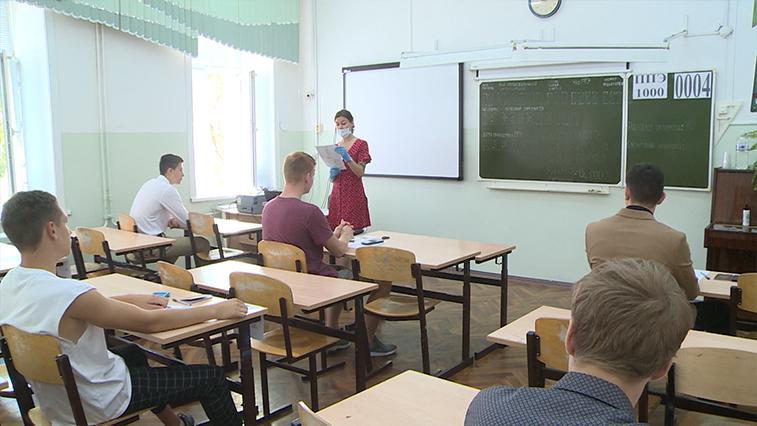 Выпускников школ рекомендовано раздеть: как проходит ЕГЭ в жару