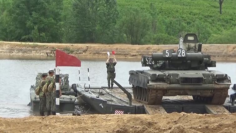 Амурские военные тайно перебросили через озеро 43-тонные танки