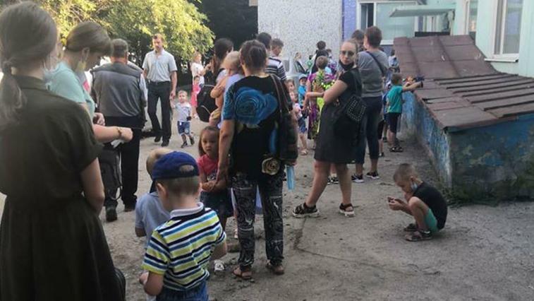 В Благовещенске родители с детьми выстроились в очереди за медсправками