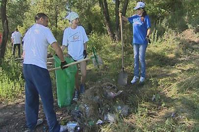 Блогеры очистили берег Зеи от мусора