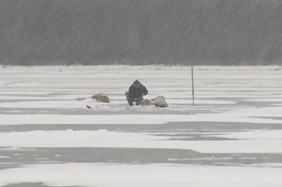 В Благовещенске рыбаки вышли на неокрепший лед Зеи