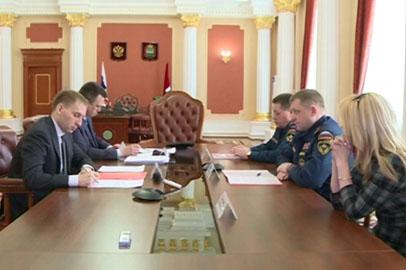 Александр Козлов обсудил с начальником Сибирского центра МЧС готовность области к пожарам и паводку