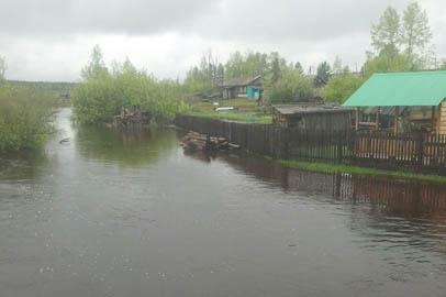 Паводковые воды подтопили приусадебные участки и дорогу в селе Дактуй