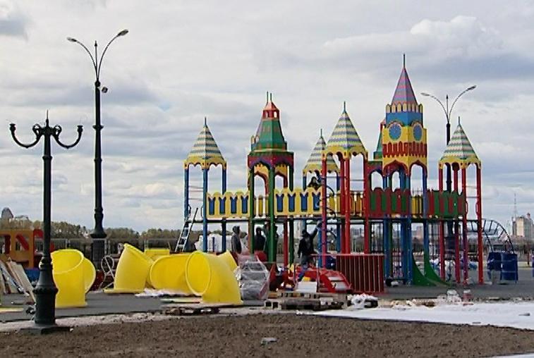В Благовещенске готовятся к открытию детского городка на набережной Амура