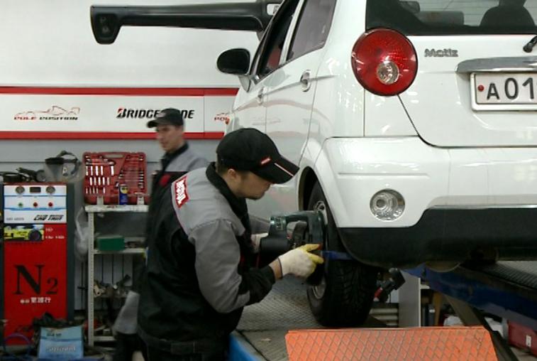 Мокрый снег и гололедица в Приамурье: автомобилисты спешат поменять резину