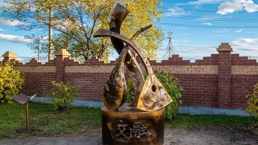 В Благовещенске установили памятник русской балалайке и китайской пипе